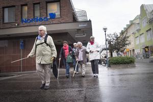 Solbritt Johansson tog täten över Odengatan, följd av Margareta Lindberg och Agneta Falk. Bakom dem och till höger finns Marlene Fröjdh och Karin Wikman som var med som ledsagare.