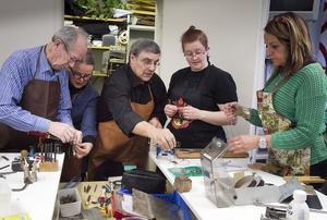 Marcello Scandurra visar ett arbetsmoment för Jan Zwierz, Pirjo Medevik, Anna Tykosson och Biggan Thorin.