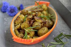 En ständig favorit – stekt halvkrossad potatis med rosmarin och vitlök.