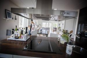 Köksön är bra för avlastning med också bra att ha fina flaskor och annat på.