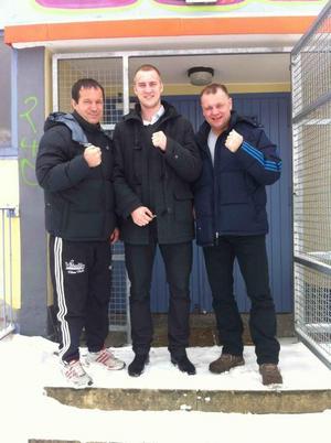 Otto Wallin omgiven av tränarna Karsten Roewer och Torsten Schmitz.