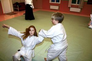 Sara Agelsjö faller medan Leon Fransson balanserat står kvar.