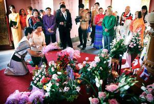 Så här såg det ut vid minnesdagen 2012 när mängder av blommor lades ned i Thaipviljongen till minne av kungen som kom förbi 1897.