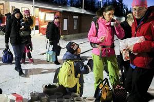 Nattågspassagerarna bjöds på kaffe och bullar vid ankomsten till Röjan.