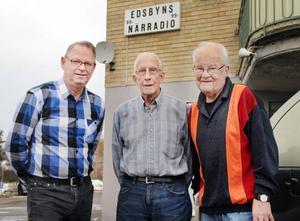 De lever för och med närradion. Bertil Eriksson, Harley Sarne och Allan Nyström är de verkliga veteranerna i Edsbyns närradio. De är alla engagerade i långköraren Blott en dag som har sänts i 2 500 timmar.