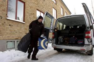 Handläggaren Taha Ali från Migrationsverket i Lindesberg hjälpte på måndagen infrysta asylsökanden att flytta från hyreshuset på Ställdalsvägen 5 i Kopparberg.