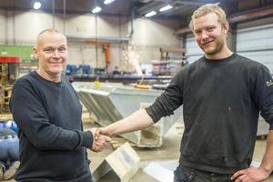 Arne Jensen säljer verksamheten och inventarierna i sitt företag till den 35 år yngre platschefen Martin Samuelsson. Vid årskiftet går affären igenom.