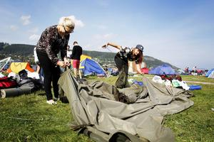 Ella-Maria Nutti och Anne-Marit Påve försöker få ihop sitt tält innan det bär av hem till Gällivare.