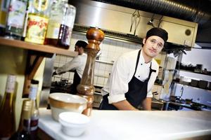Peter Molin älskar pastan för variationsmöjligheternas skull. På restaurangen gör han helst skaldjursrätter med egentillverkad pasta. Men hemma kan det lika gärna bli snabbmakaroner ihop med det som för tillfället råkar ligga i kylskåpet.
