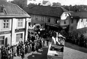 Stora gatan / Källgatan Västerås. Vi tror att bilden har tagits på 1950-talet.