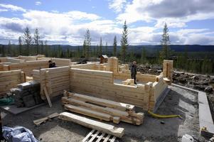 Nu växer det första huset upp på det nya fritidshusområdet vid Idre golfbana. Foto:Nisse Schmidt