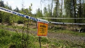 En 22-årig kvinna hittades död i ett skogsområde vid Rosenlundsvägen i Fagersta på torsdagskvällen.