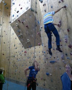 I klätterhallen fick de som ville prova på hjälp av bland andra eleven Anna Lundh, som deltagit i tv-programmet Robinsson flera gånger.