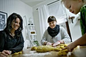 Lussekatter. Marone Ström, Melinda Nilsson-Ström och Kevin Nilsson Ström hjälps åt.