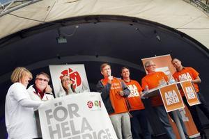 Å ena sidan: Ulla Andersson, V, Raimo Pärssinen, S, och Bodil Ceballos, MP. Å andra sidan: Lennart Sjögren, KD, Hans Backman, FP, Anders W Jonsson,C, och Tomas Tobé, M. Om en vecka är det dags att välja mellan dem.