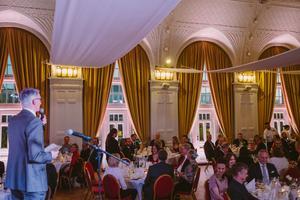 Pigg och fräsch 110-åring. Stadshotellet firade 110 år med jubileumsmiddag den 16 oktober. En renovering av delar av byggnaden har nyligen skett. Här ser vi hotelldirektören Cem Gürler hålla tal.