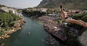En dykare kastar sig ned under i simhoppstävlingarna i Mostar.