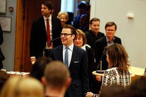 Prins Daniel på väg in i Omegasalen för att tala inför unga ekonomistuderande.
