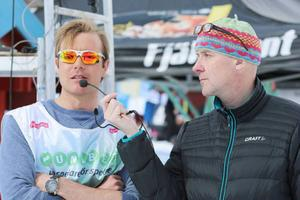 Tävlingsledare Magnus Myhr bakom sina solglasögon. De behövdes verkligen när solen låg på som värst. Speaker Peder Persson intervjuar.