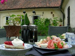 Kuskens Café i Ramnäs är ett sommarcafé, där serveras nymalet kaffe och hembakat bröd och räksmörgås, med handskalade räkor, i jätteformat. Jättemysig servering både ute och inne. Liten butik och blomsterförsäljning finns också. Ett smultronställe kan man säga.