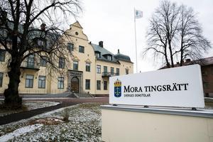En man har åtalats vid Mora tingsrätt misstänkt för hemfridsbrott, som ska ha begåtts i Rättviks kommun. Mannen, som är bosatt i Falu kommun, ska ha försökt tagit sig in i en bostad, bland annat genom att rycka i en dörr.