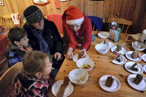 Papparkakshus. Wivianne Högman från Mullhyttans bygdeförening hjälper Kristina Essebro med barnen Emil och Ella Stone att bygga.
