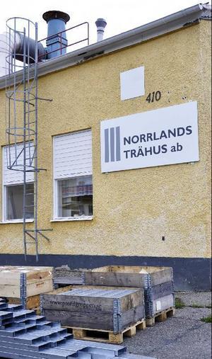 Vindarna har vänt för småhusfabrikanterna. Vid Norrlands Trähus AB:s filial i Ulriksfors är nu produktionen igång igen sedan en månad tillbaka. foto: evy-ann matsson