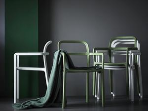 Staplingsbara stolar i olika färger.