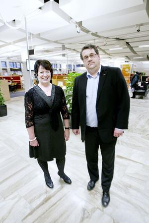 """""""Behovet är större för mer tid för rådgivning än kontanthantering"""", säger Peter Kollin, kontorschef. Här med företagschefen Elisabeth Mereborg."""