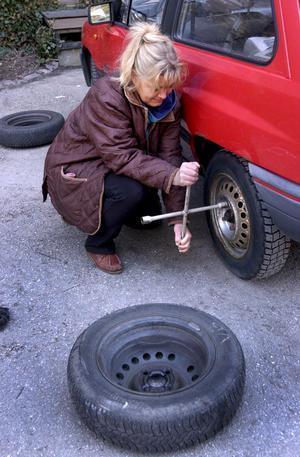 Fyra nya däck är alltid bäst. Men om man bara har två nya vinterdäck ska de sitta bak. Foito Janerik Henriksson