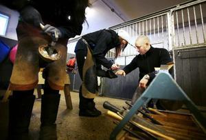 De som ville fick även prova på att sko en hästhov under hovslagare Jonas Olofssons översyn. Hanna Arvidsson och Jessica Lundberg testade att sko varsin hov.