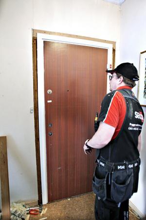 På plats. Till slut har Yvonne och Anders en dörr som de kan känna sig trygga med.