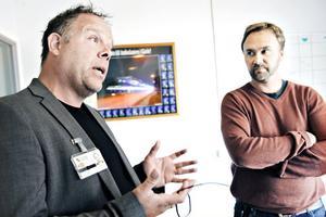 """Ansvariga. """"Vi kan garantera en säker vård. Jag ser det inte som att vi bryter mot några föreskrifter"""", säger Jörgen Tranevik, verksamhetschef på ambulansen, till vänster i bild. Torbjörn Eriksson, till höger, är vårdenhetschef på ambulansen."""