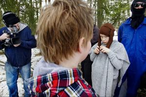 Linus Carlsson spelar en bonde i jakt på sina förrymda djur.Här har han fått tag på en, den ylande geten.