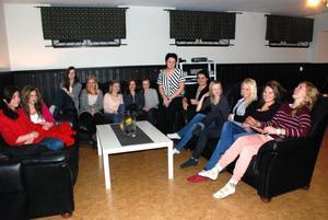 Ingen av tjejerna i projektet vill sluta träffas. DIskussionerna är allt för viktiga och angelägna anser de. Från vänster Angelica Gudmundsson, Sara Saxonberg, Anna Mases, Ina Westerberg, Sara Sköld, Ebba Edenheim, Therese Falk, Patricia Hillrings Mimoza Mollakuqe, Anna Wikström, Lovisa Holmén, Maja Olsson och Nora Johansson.