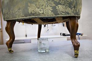 En burk ättika kan göra under för att suga bort dålig lukt i möbler.