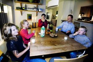 Saga Svaleryd, kompisen Agnes Boussard, mamma Kajsa, pappa Martin och Tage sitter samlade kring det fina matbordet, som de förstås har fyndat på auktion.