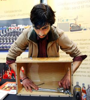 Emhart Glass söker fingerfärdiga nötknäckare. Elektronikstudenten Adnar Khan, 28 år, försökte, utan att se, passa ihop rätt mutter med rätt bult.