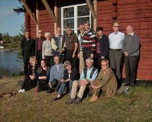 50-årsjubilerar. Översta raden från vänster: Leif Ericsson, Sören Hallin, Ann-Catrine Lundbäck (Streiffert), Kjell-Olov Haglund, Stephan Rössner, Urban Thyrestam, Bengt Agrell, Kerstin Norin (Bodlund), Per-Anders Sjölund, Hans-Göran Norrman. Nedre raden från vänster: Carl-Olof Ålenius (avliden, finns endast med på den gamla bilden) Christina Östling, Torsten Sandhammar (klassföreståndare, finns endast med på den gamla bilden), Gunilla Thunved (Nordahl), Anders E. Beg, Ulla-Greta Elfström, Gunnar Kindenberg, Ulla Lindström.