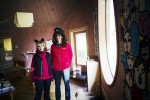 Förskolechefen Susanne Eltnäs och föräldern Tobias Karlsson hade klätt ut sig tillsammans med barnen.