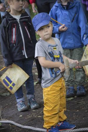 Elis Thander, 3 år, var redo att möta piraterna med sitt träsvärd.
