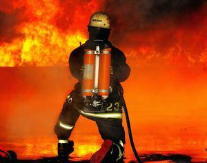 Nu ska det utredas vilka Smedjebackens räddningstjänst ska släcka storbränder med i framtiden.