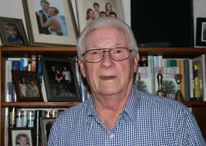 Fotografierna trängs i bokhyllan. Med fem barn, tretton barnbarn och lika många barnbarnsbarn och dessutom två barnbarns barnbarn finns det många fina porträtt att titta på hemma hos Uno Forsman.