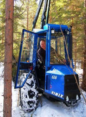 Mats Eriksson från Hölje utanför Lit satsar på en liten skogsmaskin för ett miljövänligare jobb i skogen.