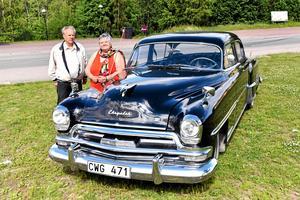 Anne-Marie Fröjdh intill bilen man lottade ut i somras.