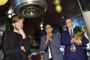 Trots Filminstitutets identitetspolitiska ambitioner är det Ruben Östlund, en av den svenska filmpolitikens skarpaste kritiker, som  nyligen vann prestigefulla Guldpalmen i Cannes. Här gratuleras han av kulturminister Alice Bah Kuhnke (MP) och näringsminister Mikael Damberg (S) på Filmhuset i Stockholm.