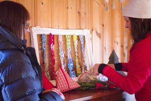 Eva Svensson Hägg och Ingrid Svensson ställer i ordning grejer som kommer att säljas under marknaden.