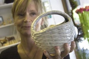 3. Det finns alla möjliga korgar i butiken under temat är bära, kånka och förvara. Marie Gunnarsson visar upp en keramikkorg som Margareta Danhard gjutit av en plastkorg.