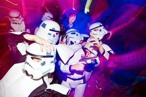 Ett dansgolv fyllt av Storm Troopers, kossor, grisar, pirater, cowboys, psykpatienter och gamla kärringar går kanske bara att hitta på Saklet när Dansforum arrangerar after-ski.
