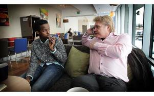 Mohamed Ahmed och ständigt av telefon från pressen upptagne Patrik Andersson träffade DD inför bandy-VM. Foto: Staffan Björklund